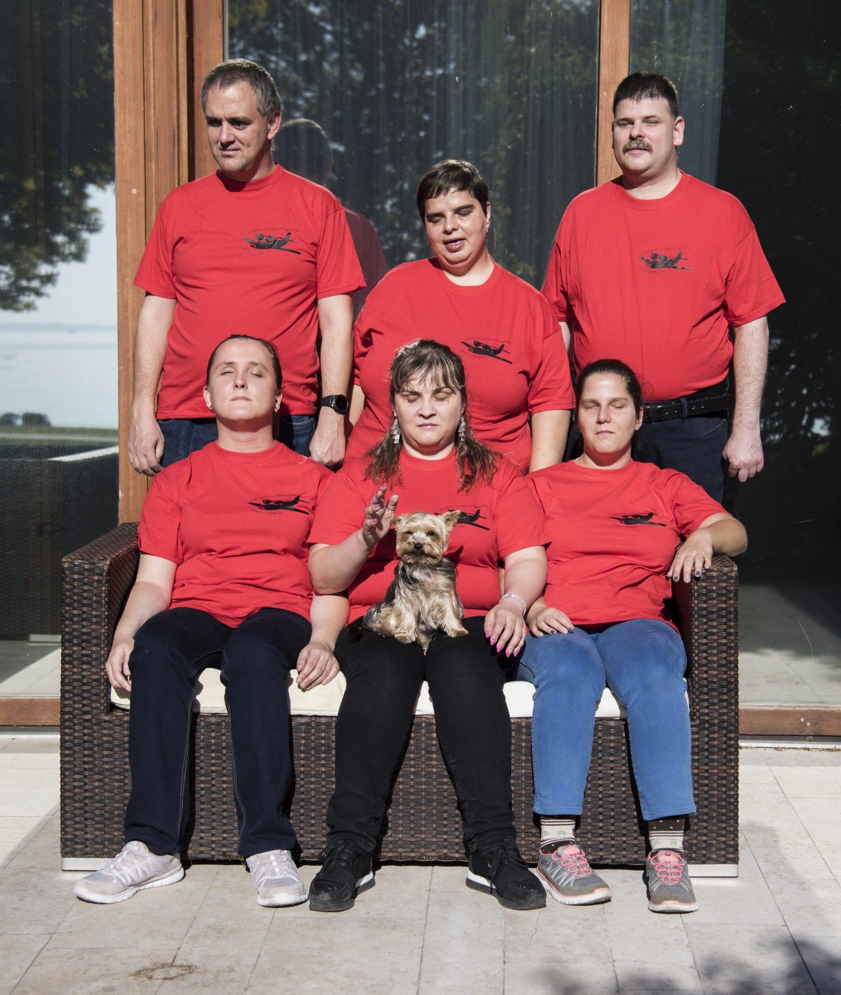 Csoportkép piros pólóban